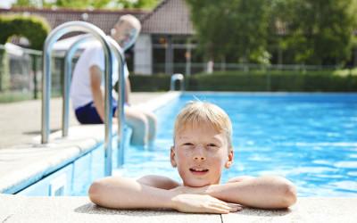 Zwembad met ligweide
