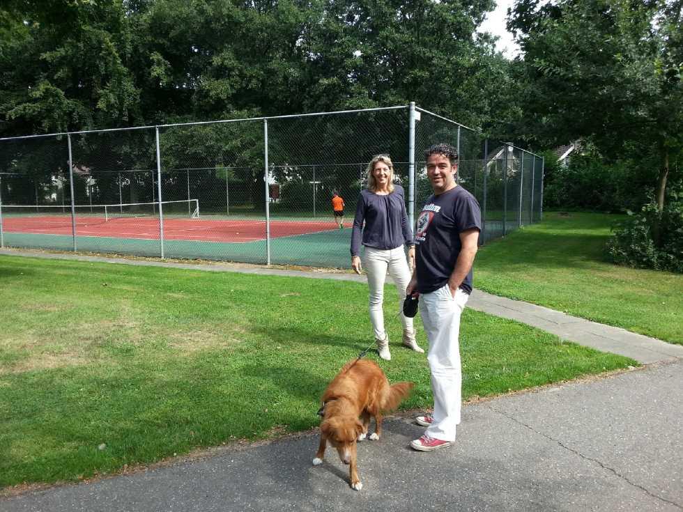 mann-mit-hund-tennis-posterbos Limburg ferienpark Niederlande